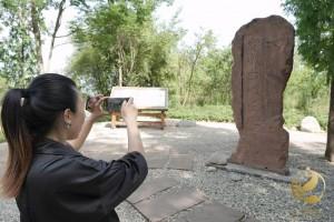 Pred vhodom v arheološko najdišče Baodun