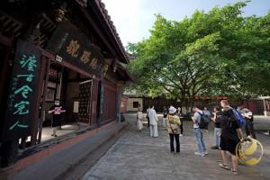 Pred vhodom v tempelj Chunyang